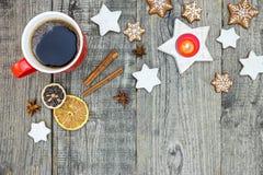 Печенья пряника, чашка кофе и spiced плодоовощ с cinnamo Стоковые Изображения