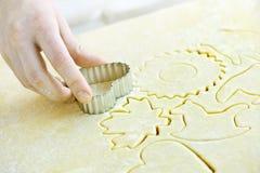печенья режа тесто вне Стоковое Фото