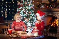 Печенья рождества выпечки ребенка Дети пекут для Xmas стоковое фото rf