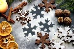 Печенья рождества в форме хлопьев, украшенных с высушенными апельсином и специями Питание Справочная информация Стоковое Фото