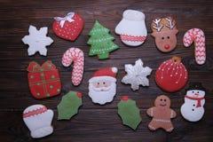 Печенья рождества на деревянном столе с концом ветви ели вверх Стоковые Изображения