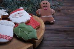 Печенья рождества на деревянном столе с концом ветви ели вверх Стоковое Фото