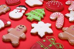 Печенья рождества на красном взгляд сверху предпосылки Различные типы положение квартиры печений пряника рождества Печенья характ Стоковое фото RF