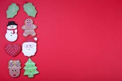 Печенья рождества на красном взгляд сверху предпосылки Различные типы положение квартиры печений пряника рождества Печенья характ Стоковые Фотографии RF