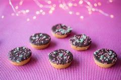 Печенья рождества на розовой предпосылке Стоковые Изображения RF