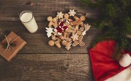 Печенья рождества с стеклом молока, рождественской елки и подарка bo Стоковая Фотография