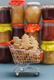 Печенья рождественской елки в магазинной тележкае Стоковые Фотографии RF