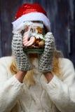 Печенья рождественской елки в опарнике в руках Стоковые Изображения RF