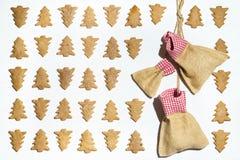Печенья рождественской елки на белой предпосылке с сумками для настоящих моментов Стоковые Изображения