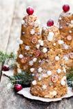 Печенья рождественской елки на деревенской деревянной предпосылке Стоковые Изображения RF