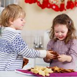 Печенья рождества выпечки мальчика и девушки дома Стоковое фото RF