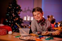 Печенья рождества выпечки мальчика Стоковые Фотографии RF