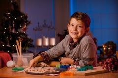 Печенья рождества выпечки мальчика Стоковые Изображения