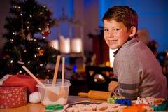 Печенья рождества выпечки мальчика Стоковое фото RF