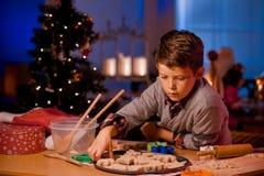 Печенья рождества выпечки мальчика Стоковое Изображение