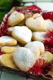Печенья рождества в в форме сердц украшении с напудренным сахаром Стоковые Фотографии RF