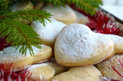 Печенья рождества в в форме сердц украшении с напудренным сахаром Стоковая Фотография RF