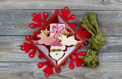 Печенья рождества в плите с салфеткой ткани Стоковое фото RF