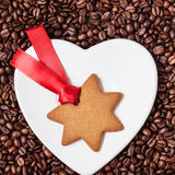 Печенья рождества звезды форменные и кофейные зерна Стоковые Фотографии RF