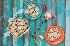 Печенья рождества на покрашенные блюда и корзина Стоковые Изображения