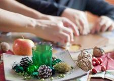 печенья рождества режа сынка мати теста Стоковое Фото
