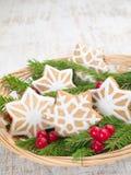 Печенья рождества снежинок в корзине Стоковая Фотография RF
