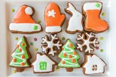 Печенья рождества украшенные с покрашенной замороженностью Стоковые Фото