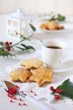 Печенья рождества, чашка кофе, падуб и белый фонарик Стоковое Изображение RF