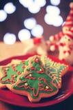 Печенья рождественской елки в красной плите Стоковая Фотография