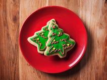 Печенья рождественской елки в красной плите Стоковое фото RF