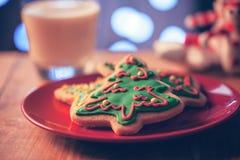 Печенья рождественской елки в красной плите Стоковое Фото