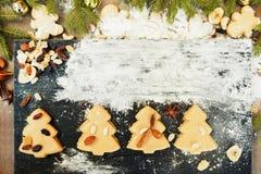 Печенья рождественской елки пряника с мукой Стоковые Изображения RF