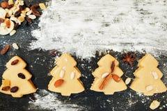Печенья рождественской елки пряника с мукой Стоковые Изображения