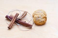 Печенья, ручки циннамона и шнур стоковая фотография