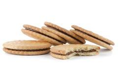 Печенья сандвича с завалкой шоколада стоковые фотографии rf