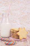 Печенья сахара и бутылка молока и леденца на палочке Стоковая Фотография