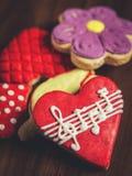 Печенья сахара с поливой, сердцем с музыкальными примечаниями Стоковое фото RF