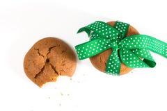 Печенья связанные с зеленой лентой и сдержанным печеньем с мякишами, на белой предпосылке Стоковые Фотографии RF