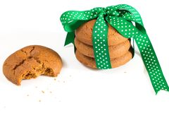 Печенья связанные с зеленой лентой и сдержанным печеньем с мякишами, на белой предпосылке Стоковые Изображения RF
