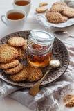 Печенья сезама на коричневой плите с вареньем Стоковые Фотографии RF