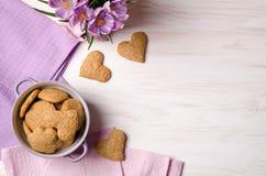 Печенья сезама сухие в форме сердца на деревянном столе Стоковое Изображение