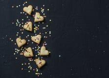 Печенья сердец печенья дня ` s валентинки и печенья украшений на темной предпосылке, взгляд сверху открытый космос Стоковая Фотография RF