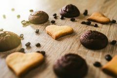 Печенья Сердц-формы на деревянном столе Стоковые Фотографии RF