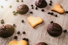 Печенья Сердц-формы на деревянном столе Стоковые Изображения RF