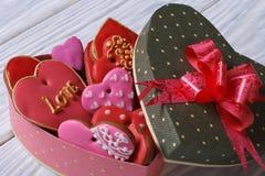 Печенья сердец в праздничной коробке с смычком Стоковые Фото