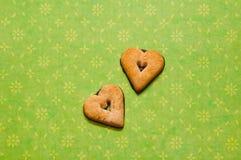 Печенья сердца на зеленой предпосылке Стоковые Фотографии RF