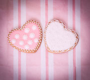 2 печенья сердца на пинке Стоковые Изображения