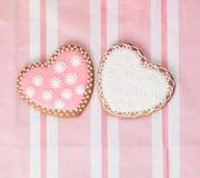 2 печенья сердца на пинке Стоковая Фотография