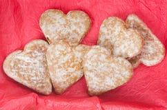 Печенья сердца пряника на красной предпосылке Стоковая Фотография RF