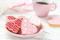 Печенья сердца с чашкой кофе на белой деревянной предпосылке Стоковые Изображения RF
